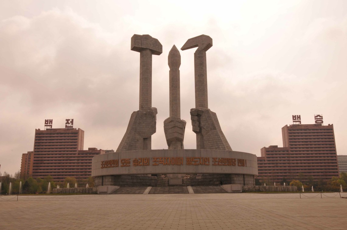 5-monumento-en-honor-del-partido-comunista-coreano-martillo-hoz-y-cincel-empuc3b1ados-los-sc3admbolos-del-pcc-pyongyang-copia